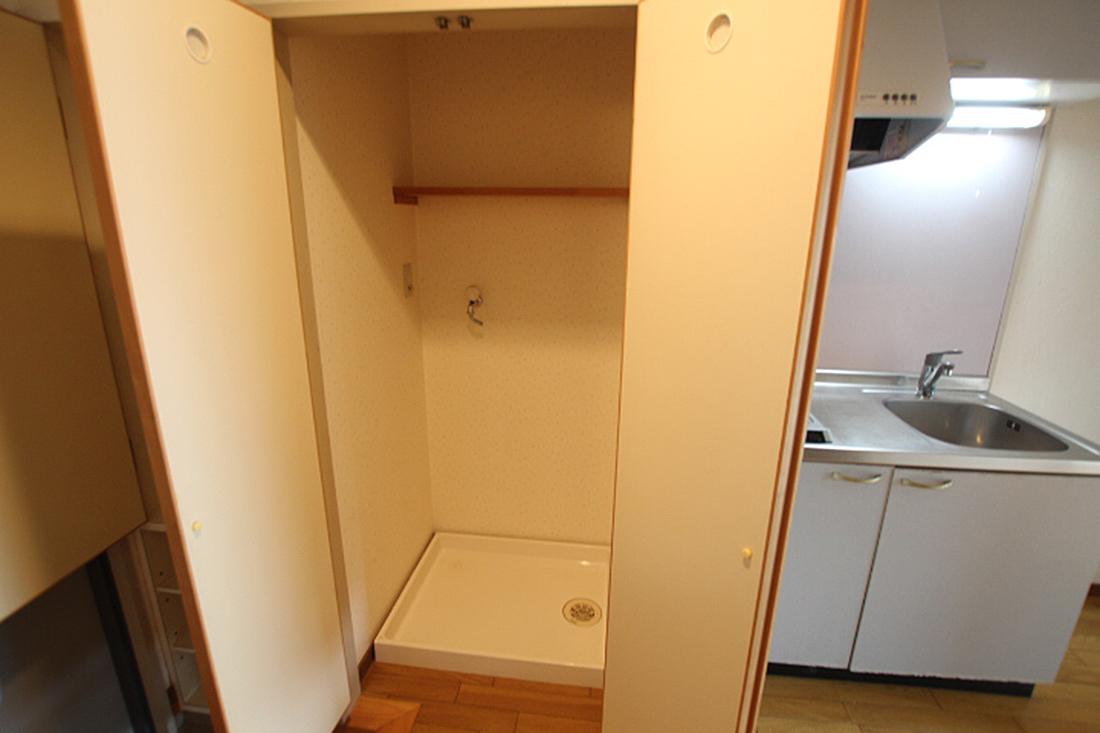 洗濯機置き場は扉付きです