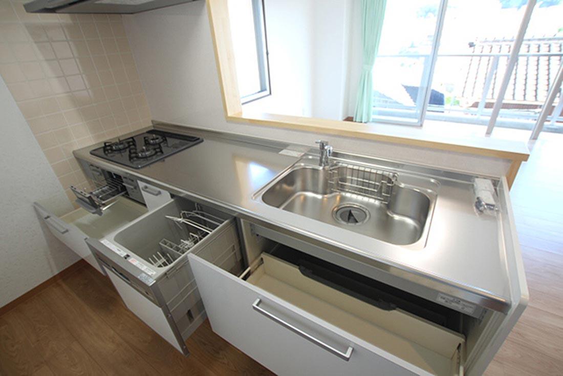 洋間6畳とリビングに対面キッチンがフル装備です、角部屋のみ東面に窓が付いてます。