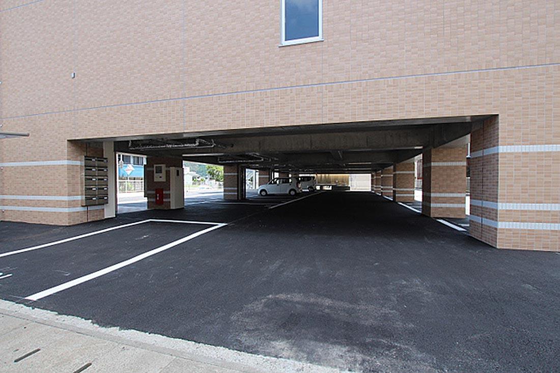 中央のスペースは屋内駐車場になっています。