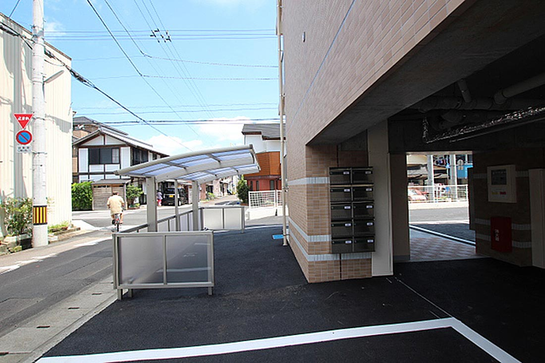 駐輪場はコチラと東面(市民病院)にもご用意があります。