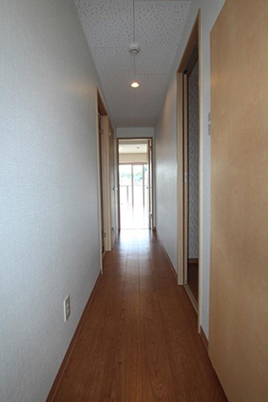 玄関から撮影してます。右側の部屋は脱衣所でトイレを除く水周りを完備しています。