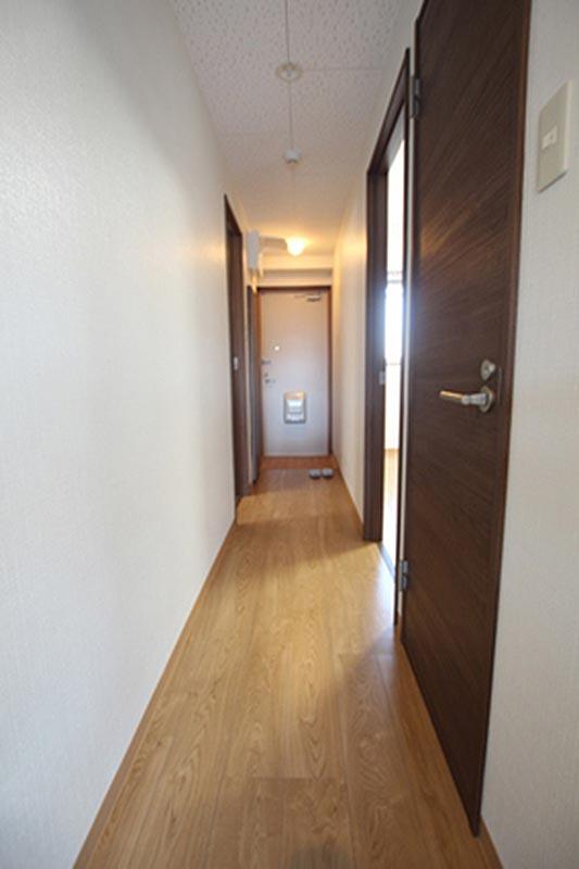 廊下から玄関を撮影してます。右の戸はトイレ、光が射しこんでいる部屋は北側の洋間です。