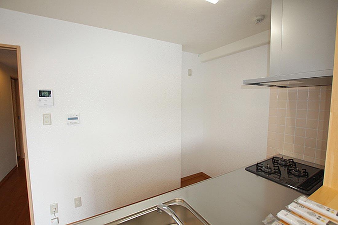 右奥が冷蔵庫を置くスペースです。左の壁面にはカラーモニターホン+追炊きリモコンが付いてます。