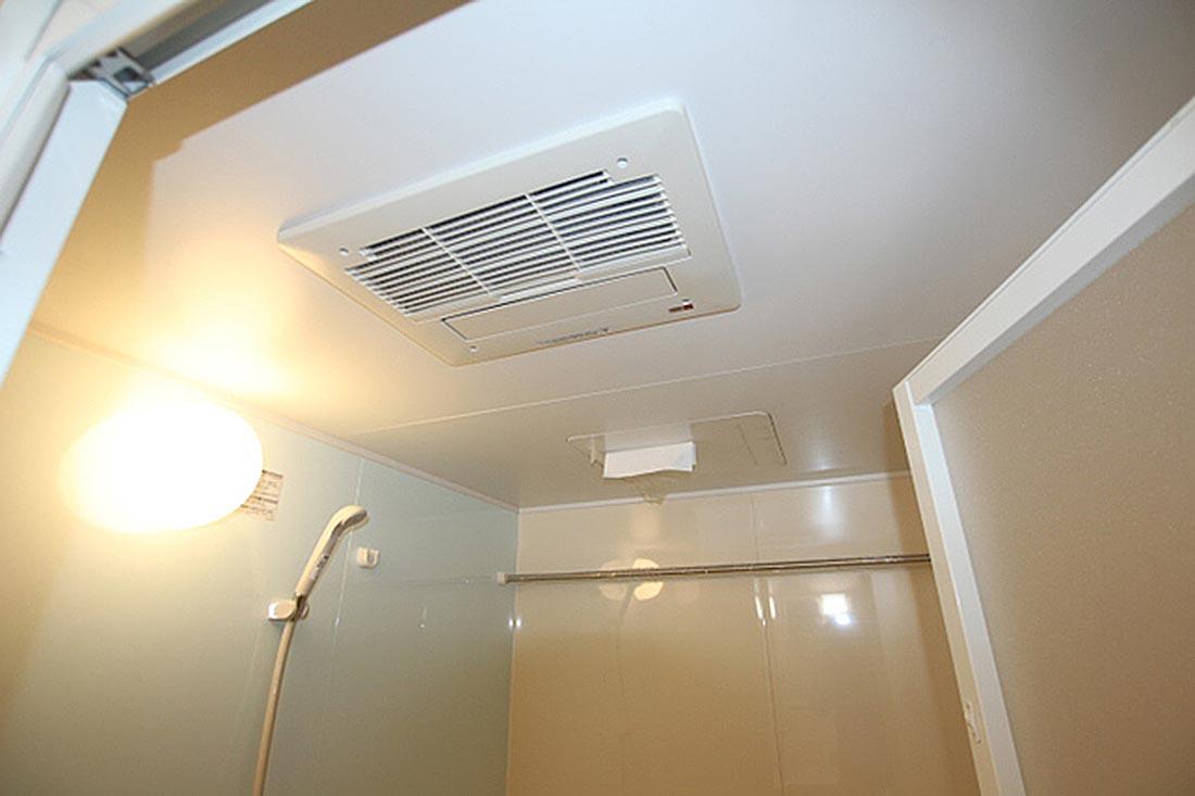 天井には浴室乾燥機も完備。