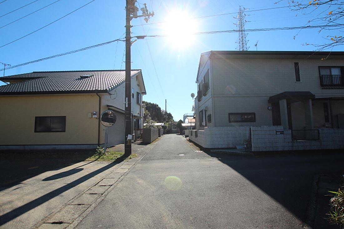 西側道路の様子(左側が売地)