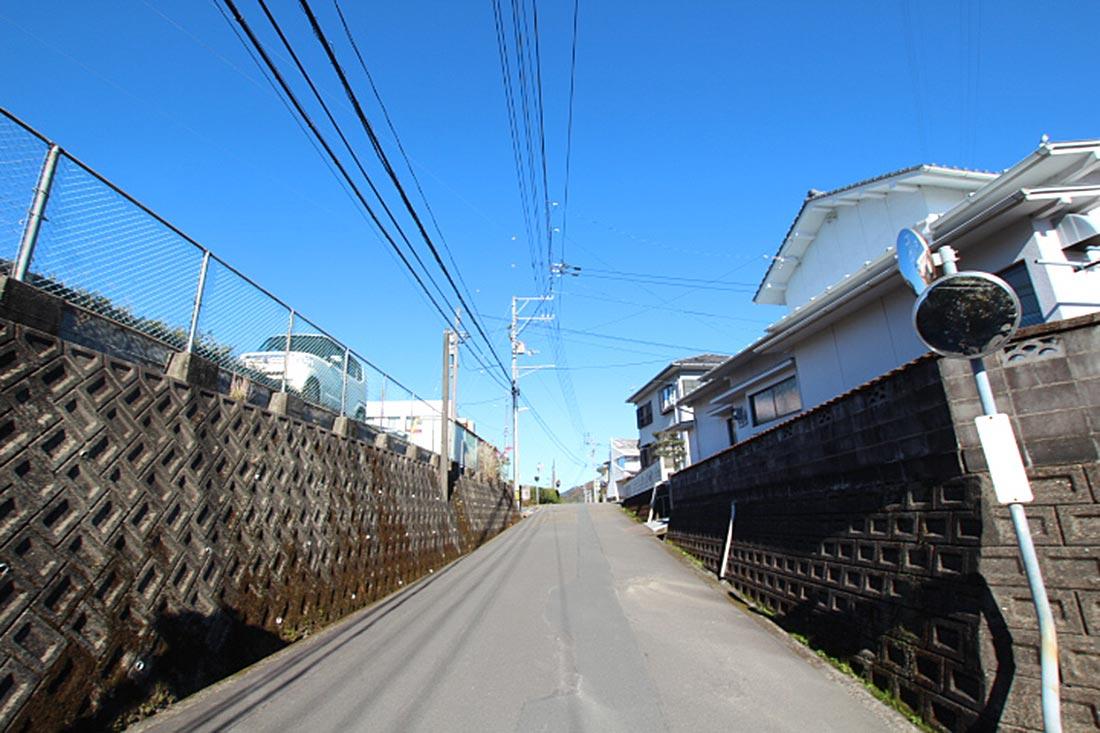 道を進むと竹本病院があります